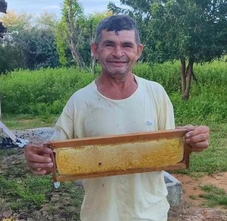 Agricultor registra primeira colheita de mel depois de conquistar estrutura e equipamentos para Apicultura